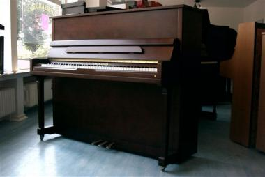 gebrauchtes klavier der marke young chang gebrauchte. Black Bedroom Furniture Sets. Home Design Ideas